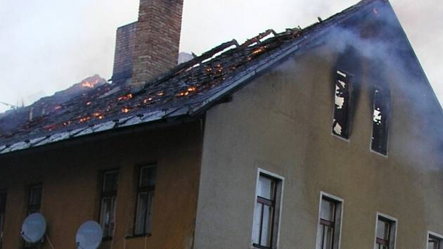 MÁLEM LEHL POPELEM. Vyhořelý dům nechá nejdřív radnice opravit, pak rozhodne, co dál.
