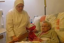 Sestra Sebastiana (vlevo) při práci v hospicu.