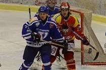 Vimperští hokejisté (v modrém Pešl) soupeře nepřehráli.