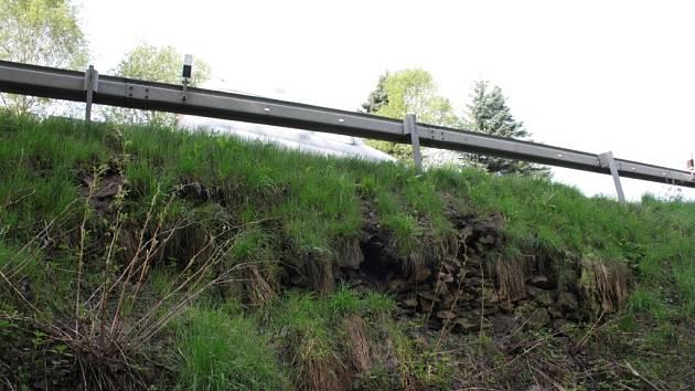 Do opravy rozpadající se nasucho skládané zdi pod vozovkou z Libínského Sedla by se měla firma Reno Šumava pustit každým dnem, hotovo má být do poloviny září.