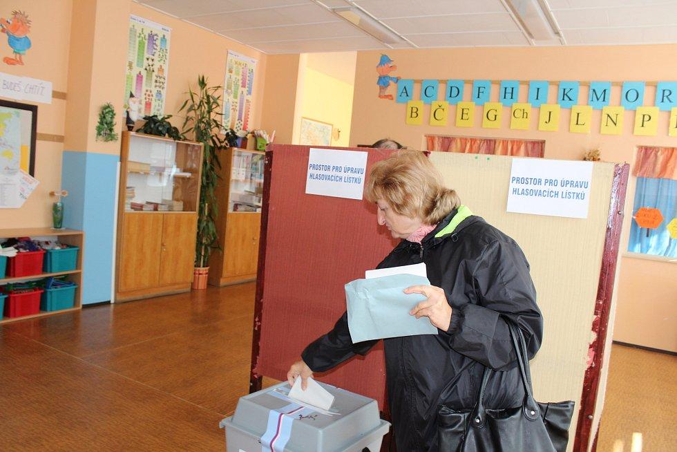 V Základní škole v Národní ulici v Prachaticích jsou dva volební okrsky. Hned v prvních minutách tu byl o volby zájem.