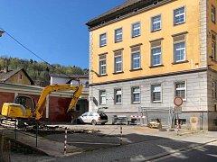Práce na budování podzemních kontejnerů začaly.