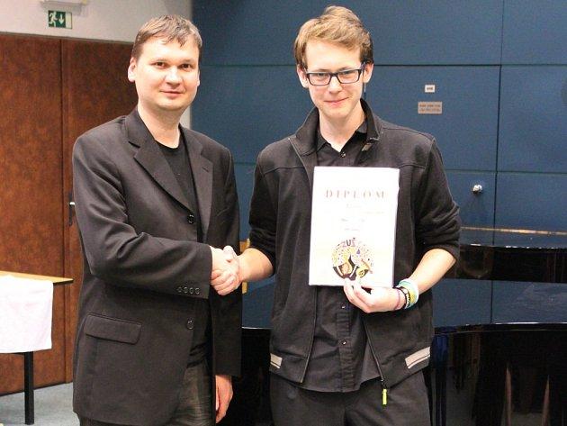 Tomáš Mayer přijímá gratulaci od svého učitele Jana Hovorky.