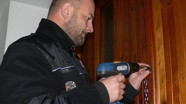 Strážníci Městské policie v Prachaticích instalovali v Osekách, Kahově a Podolí bezpečnostní řetízky a kukátka. Obyvatelé tak dostali vytoužené bezpečí.