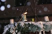 První adventní svíce zahořela v neděli 28. listopadu na Velkém náměstí v Prachaticích. Spolu s ní se rozsvítila také vánoční výzdoba a zazněly tóny prvního ze čtyř adventních koncertů.