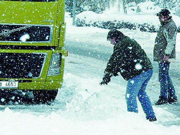 Sníh komplikuje řidičům jízdu. Ilustrační foto.