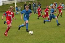 Mladí fotbalisté bojovali o každý metr hřiště.