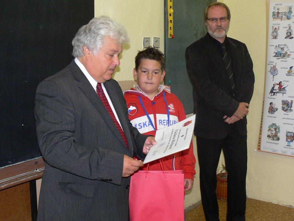 Vašek Hošna včera získal vyznamenání od netolické rady města.