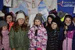 Vimperští rozsvítili vánoční strom u ZŠ TGM.