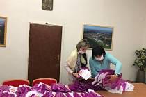 Seniorské obálky připravují na Městském úřadu v Prachaticích. Ty pak putují mezi obyvatele města.