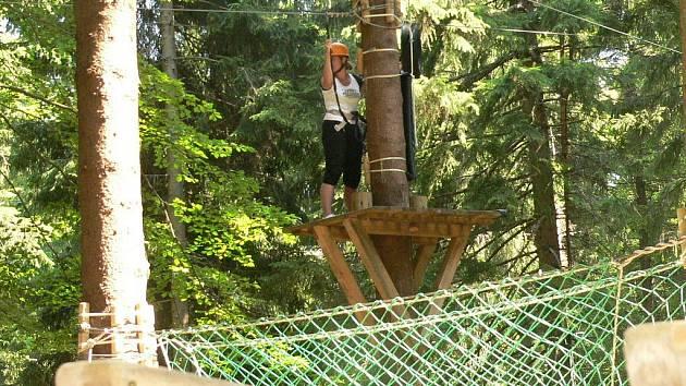 ADRENALIN VE VÝŠKÁCH. Lanový park poblíž Prachatic se stal lákadlem nejen pro místní, ale hlavně pro turisty, kteří tráví v okolí města dovolenou.
