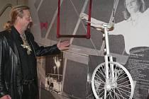 LEGENDA CIRKUSU. Do prachatického Muzea české loutky a cirkusu zavítala legenda cirkusu Jaromír Joo. Ten na snímku ukazuje sám na sebe přibližně před třiceti lety.