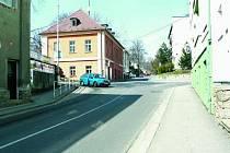 OD ČTVRTKA PRŮJEZD ZAKÁZÁN. Spolu se stavbou nové kruhového objezdu bude zdemolován jeden z domů. Rozšíří se tak protor pro křižovatku. Uzavírka potrvá do 24. června.