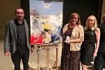 Autor obrazu s vítězkou ceny Ď Hankou Rabenhauptovou a ředitelkou Domova seniorů Mistra Křišťana Hanou Vojtovou.