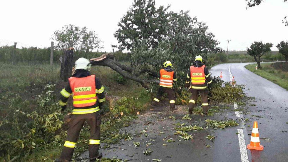 Silný vítr zaměstnával hasiče prakticky po celé republice. Ilustrační foto