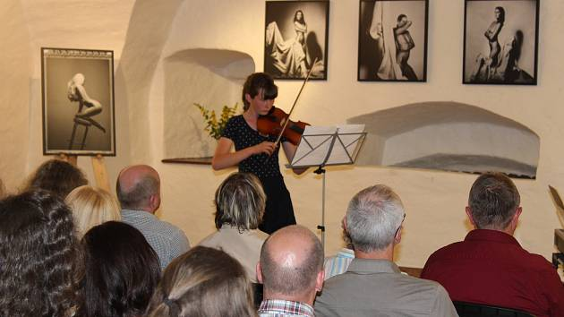 V Galerii Dolní brána odehráli studenti ZUŠ Prachatice svůj absolventský koncert. Klára Stejkozová, absolventka I. stupně hry na housle u Petra Vyroubala.