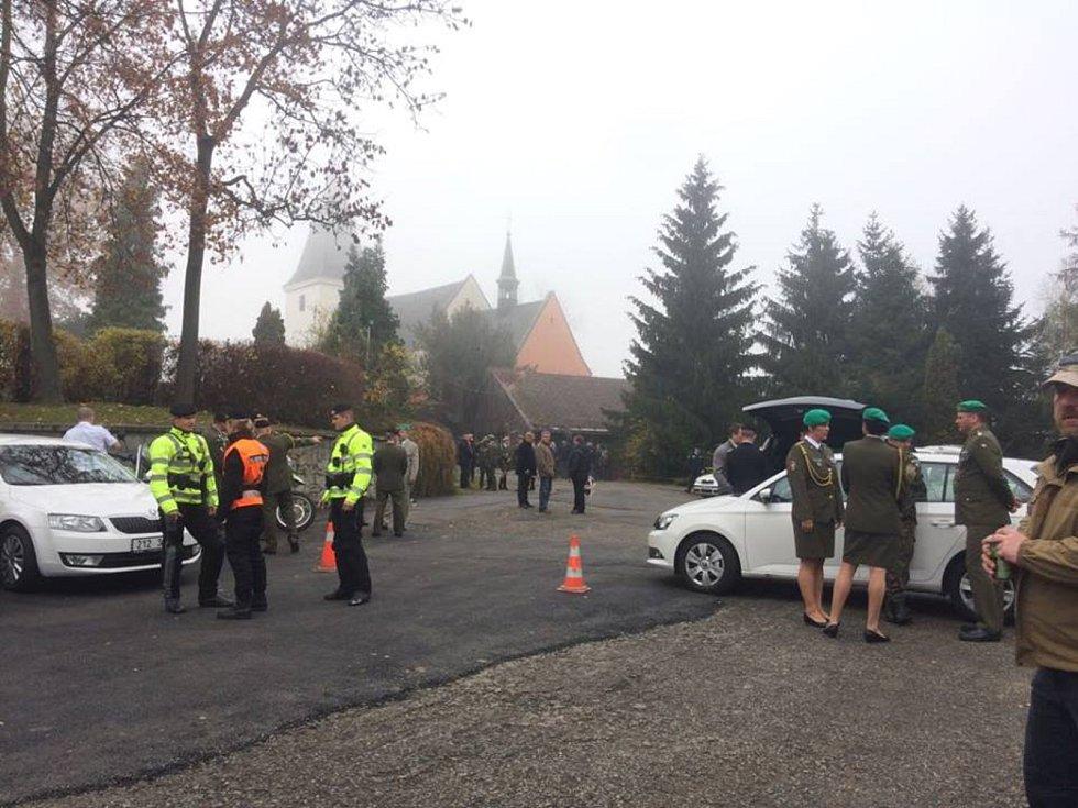 Smuteční hosté se pomalu začínají scházet v prachatické obřadní síni, kde ve 12 hodin začne rozloučení s tragicky zemřelým vojákem Tomášem Procházkou.
