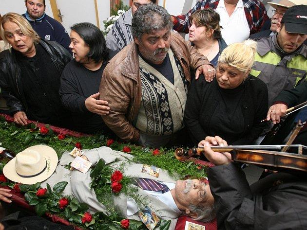 Prachatičtí Romové se loučí se svým Baronem Vojtěchem Biharym na prachatickém hřbitově