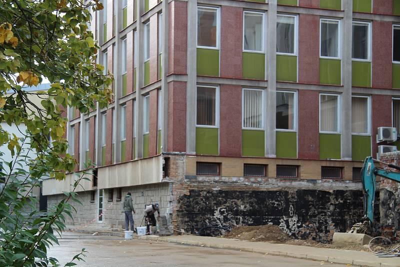 Objekt bývalé ústředí KSČ v Prachaticích prochází rozsáhlou opravou.