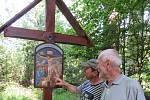 Stožec obnovuje křížovou cestu ke zdejší kapli.