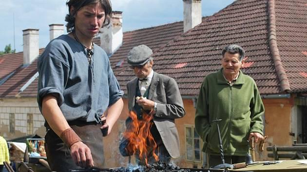 Sobotní Šumavské řemeslné trhy ve Vimperku ráno doprovázel vydatný déšť. Nicméně počasí se umoudřilo právě včas a tak se zdejší tradiční slavnost nakonec vydařila.
