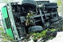 NEHODA. V zatáčce nad Libínským Sedlem sjel ze zasněžené vozovky nákladní automobil a zůstal na boku mimo ni. O dvacet metrů dále skončil stejně automobil osobní.