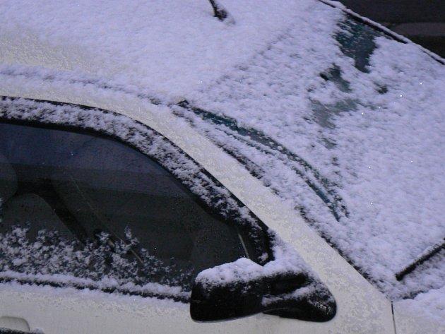 Těžký sníh, který začal padat v pátek odpoledne, lámal větve stromů u silnic. Ilustrační foto.