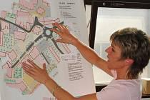 Starostka Martina Pospíšilová ukazuje zastupitelům návrhy na řešení komunikace v centru města.