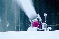 Technický sníh je nutností i pro malé lyžařské vleky. Přírodního je málo a nevydrží.
