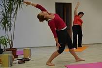 Zacvičte si power jógu. Ilustrační foto