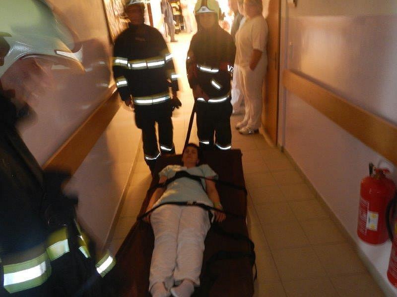 Prověřit postupy při likvidaci požáru ve specifické budově, ze které je nutné zároveň evakuovat osoby, bylo hlavním cílem cvičení v Domově pro seniory v Kůsově.