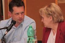 Jiří Cais debatuje s Dagmar Rückerovou.