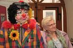 Klaun a jeho tvůrkyně. Na začátku výstavy ve vstupu do muzea nelze přehlédnout postavu klauna v životní velikosti. Na snímku je i jeho autorka Jaroslava Ferchländerová.