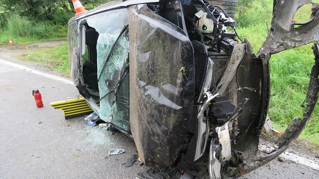 Opilá řidička u Volar nezvládla řízení. Auto skončilo na boku.