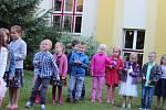 Prvňáčci ve Vodňance dostali každý svůj zvoneček a společně s třídní učitelkou Monikou Jandovou si první den ve škole zazvonili.