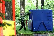 V pondělí začali pracovníci odborné firmy s kácením stromů ve Štěpánčině parku v Prachaticích.