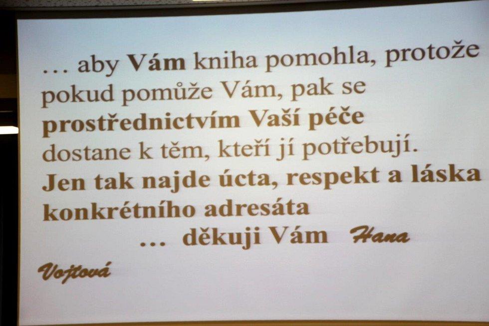 Křest knihy Jak (ne) přesadit starý strom, kterou napsala Hana Vojtová.
