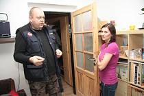 Kamil Sedlecký přijel páchnoucí vodu do Krumlovské ulice k Pancerovým zkontrolovat osobně.