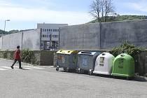 Čtyři kontejnery jsou již za zdí parkoviště.