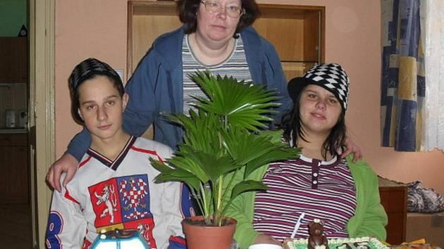 Dvojčata Adéla a Dominik našla ve vitějovickém Sluníčku nový domov. Ředitelku domova Ivanu Stráskou a jejího manžele berou jako své rodiče.