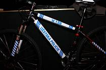 Strážníci ve Vimperku dostali od jednoho z místních podnikatelů nové kolo.