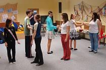 Tanečníci při nacvičování nových figur.