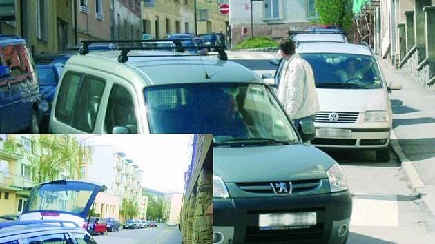 DIVOKÁ JÍZDA. Ulicí Družstevní projíždějí vozidla pomalu. V neděli 19. dubna se jí ale doslova řítil červený favorit, který řidič nakonec zaparkoval Pod Hradbami. (Na malém snímku zavírá právě okénko).