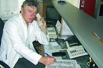 PORADÍ. V recepci prachatické nemocnice měl včera službu vrátný Oldřich Schönbauer. Ten mimo jiné poradil lidem, kteří si nevěděli rady s novým přístrojem na placení poplatků.