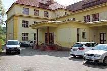 Ve středu dopoledne se před prachatickou Základní školou ve Vodňanské ulici objevila policejní auta. Učitelé procházejí školením.
