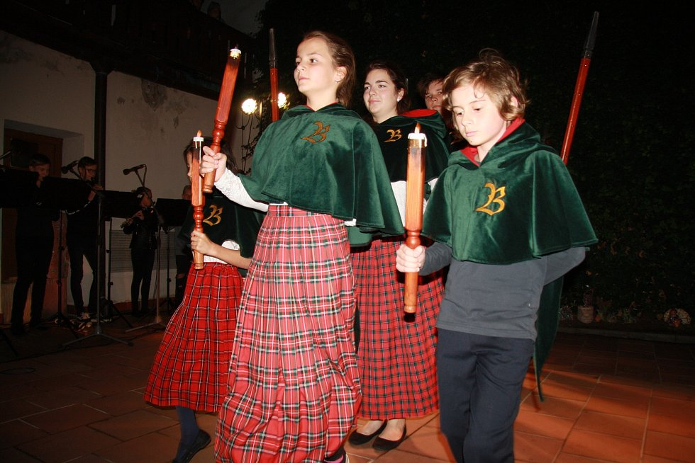 Noční koncert na dvorku prachatické Základní umělecké školy.