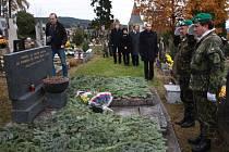 Na Den válečných veteránů je pitea určena i obětem druhé světové války. Nápis na náhrobku ale svědčí o tom, že je určen obětem jiné světové války a ještě ne všem, které jsou na prachatickém hřbitově pochovány.