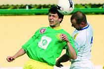 Fotbalisté Tatranu přivítají na svém hřišti hráče Meteoru Praha. Do útoku by mohl vyběhnout i Radim Košík (na snímku vlevo).