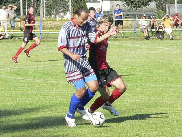 Martin Kvapil (světlejší dres) dal gól z penalty.