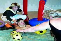 PLAVÁNÍ POMÁHÁ. Zdravotně postižení mají přístup do bazénu, kde na ně čekají vycvičení plavčíci jako je Radka Kneiflová (na snímku s Lenkou Jágerovou).